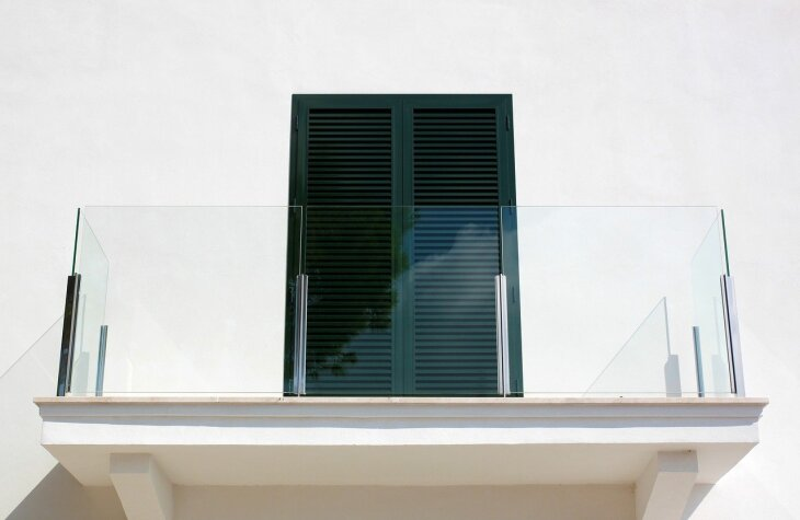 Balustrada szklana na balkonie
