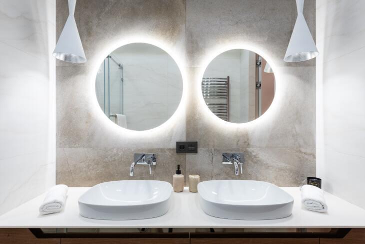 Lampa wbudowana w lustro do łazienki