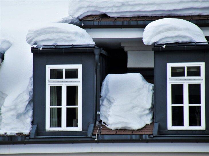 Dach domu ze śniegiem