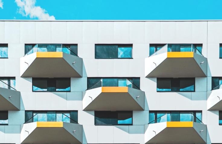 Loggia a balkon – czym się różnią?