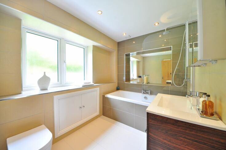 Łazienka z wanną i prysznicem