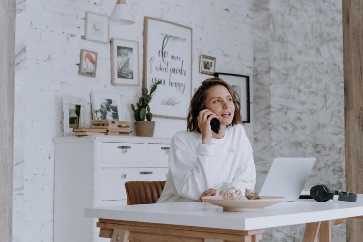 Minimalistyczne biuro w domu