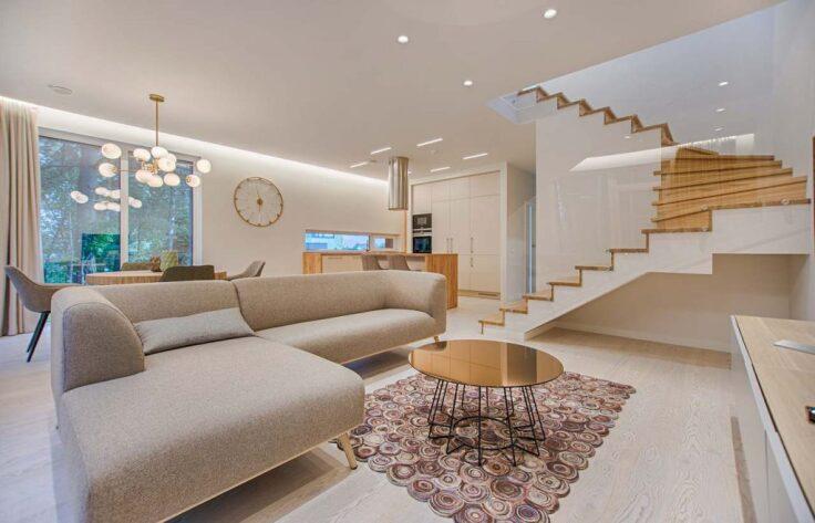 Jakie schody wybrać, drewniane czy betonowe - salon z betonowymi schodami