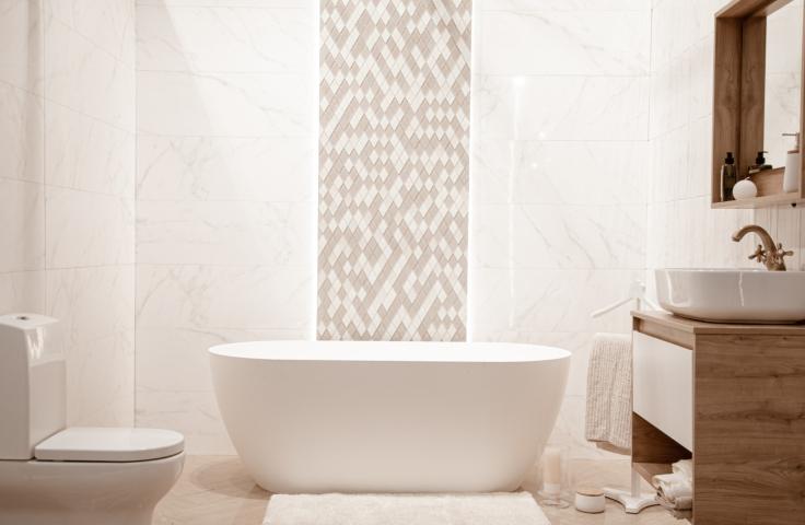 Jak zaaranżować małą białą łazienkę