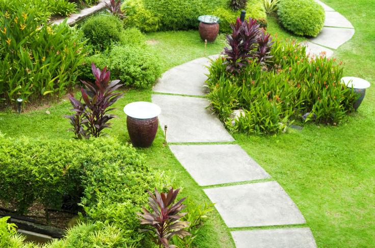 Ścieżki w ogrodzie betonowe