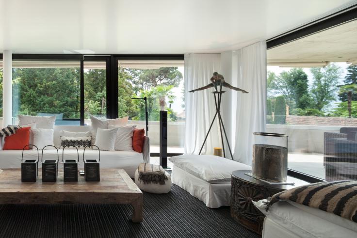 firany na okno balkonowe - nowoczesny salon