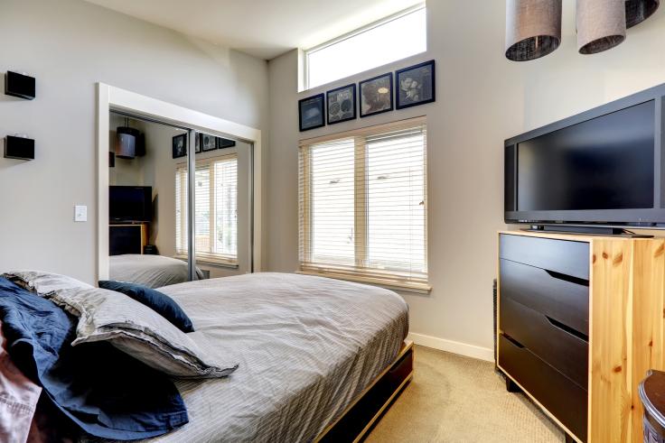 Mała sypialnia z telewizorem