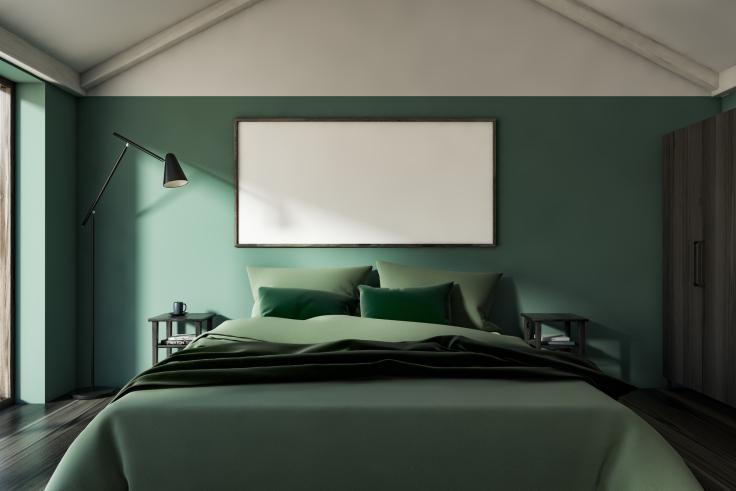 Ciemna sypialnia na poddaszu