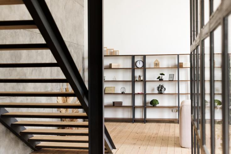 Minimalistyczne nowoczesne schody wewnętrzne