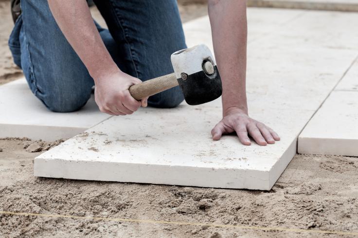 Jak układać płyty chodnikowe?