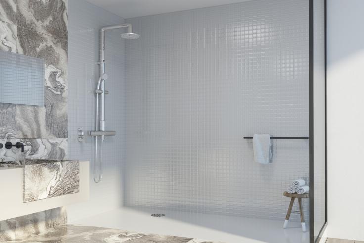 Marmurowa łazienka z prysznicem walk-in