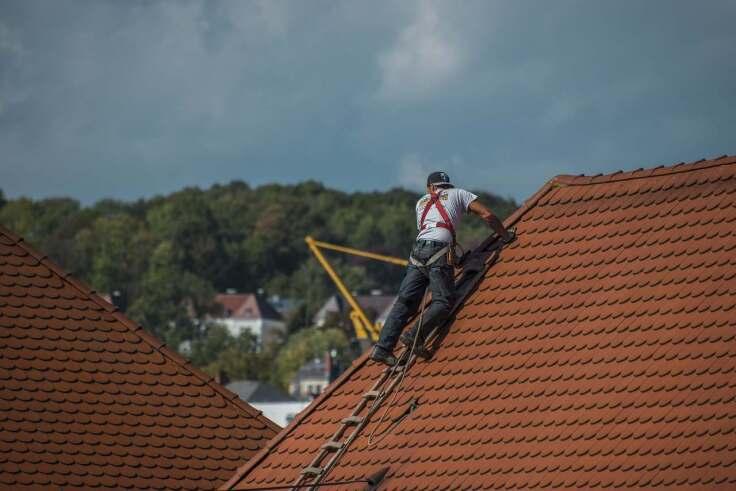 Na czym polega konserwacja dachu i rynien