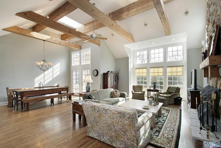 Belki drewniane w salonie