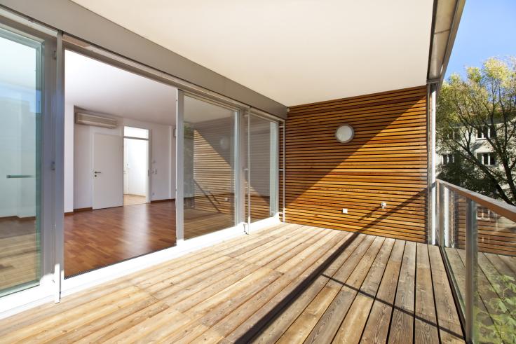 Zabudowa balkonu w domu