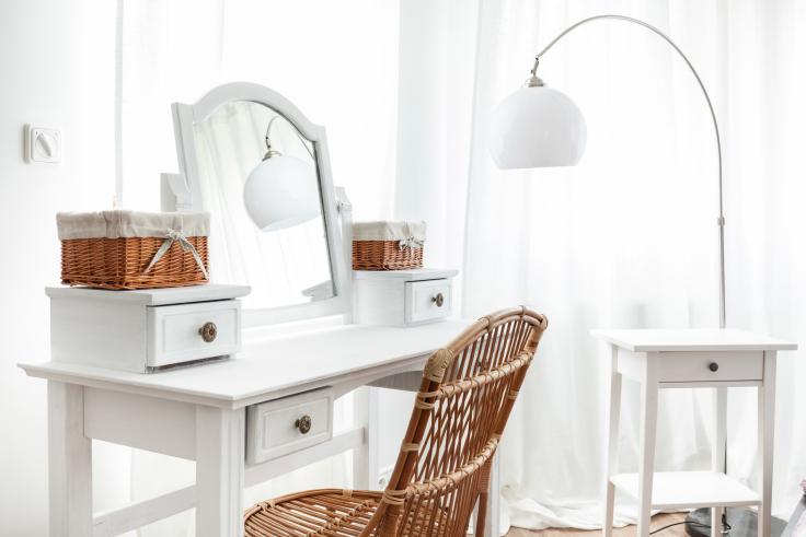Toaletka i rattanowe krzesło