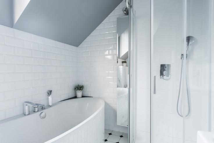 Biała łazienka - czym się charakteryzuje