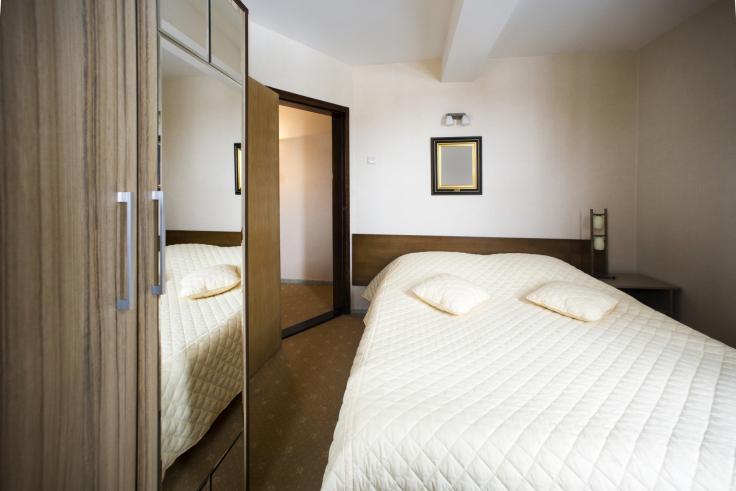 Mała sypialnia z podwójnym łóżkiem