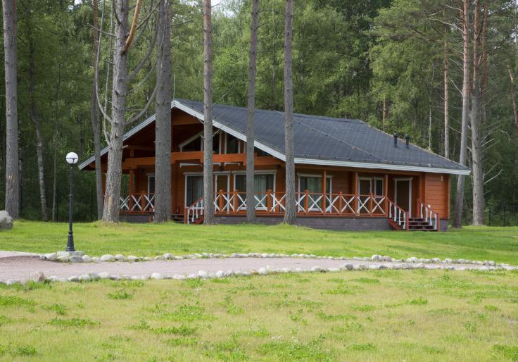 Drewniany dom w lesie