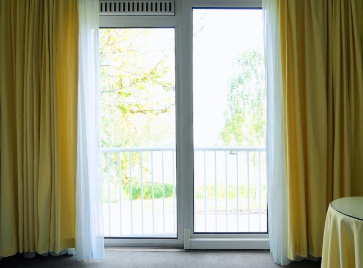 Jak wybrać firany na okno balkonowe